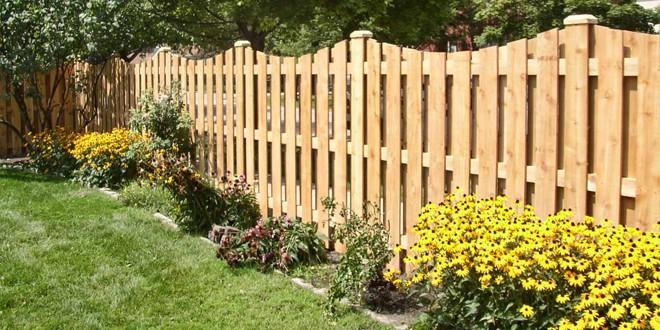 Забор из деревянного штакетника для ограждения сада