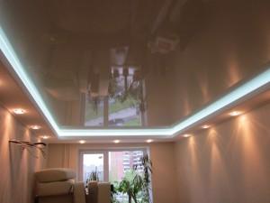 натяжной потолок в спальной с подсветкой